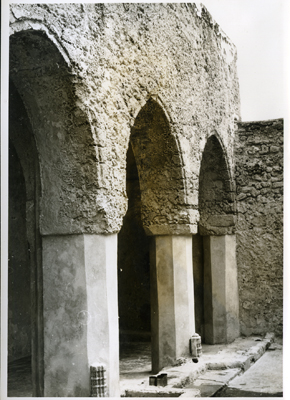 Arcade in forecourt of mosque of Fakhru-Din (Photo: N. Chittick, Courtesy of BIEA)